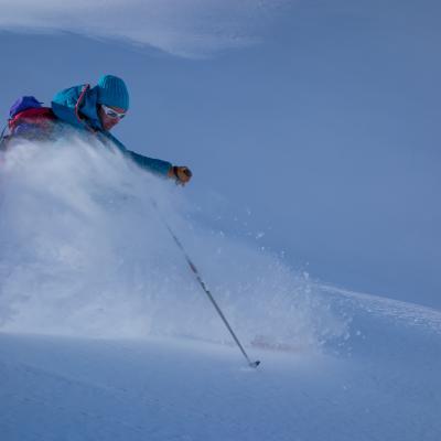 Ski hors-piste un jour de neige poudreuse.